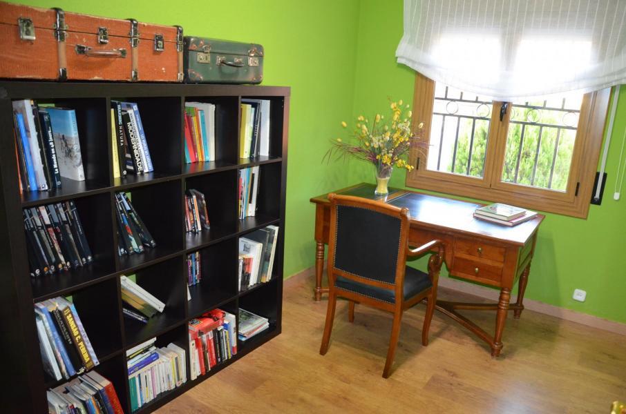 A bureau 1